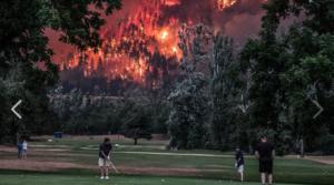 Golfspieler und Waldbrand
